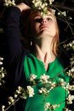 由花的妇女在树在夜,特写镜头画象,看u 库存照片
