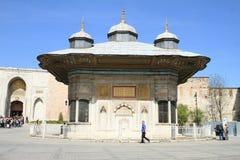 由苏丹Ahmet III喷泉的游人在伊斯坦布尔 免版税库存照片