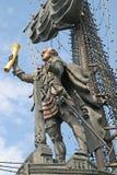 由英王乔治一世至三世时期设计师祖拉布Tsereteli的彼得大帝雕象在莫斯科 免版税库存照片