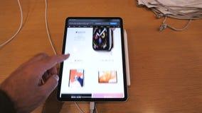 由苹果电脑的时间间隔快动作新的iPad赞成片剂 股票视频