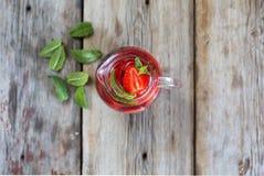 由草莓和薄菏做的自创柠檬水在一张木桌 新的成人 顶视图 库存照片
