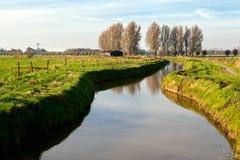 由荷兰语农厂房子的运河 免版税库存图片