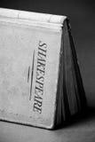 由莎士比亚所著的一本黑白书 免版税库存图片