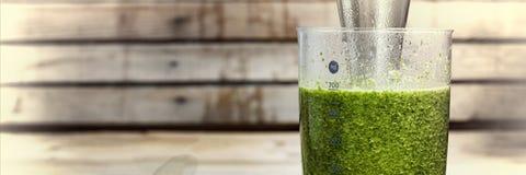 由菠菜、黄瓜、石灰和鲕梨做的戒毒所饮料 适当的营养 由在搅拌器的绿色菜做的戒毒所饮料 免版税图库摄影