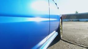 由蓝色汽车司机加速挑战,替身演员危险行业,实验驾驶 股票视频