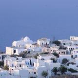 由蓝色海的希腊镇 免版税图库摄影