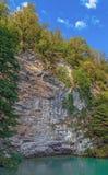 由蓝色湖的一个岩石 阿布哈兹,在湖Ritsa附近 图库摄影