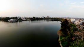 由蓝色湖的浪漫秋天下午 库存照片