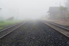 由薄雾的金属铁路周围 库存图片