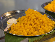 由蛋黄和糖做的泰国点心在盘子 库存图片