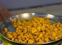 由蛋黄和糖做的泰国点心在盘子 免版税图库摄影