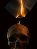 由蜡烛火的灼烧的手写的信件 图库摄影