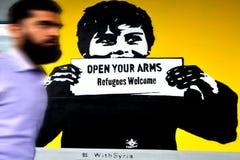 由街道画的中东人通行证读: 免版税库存照片