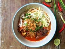 由被发酵的米线做的北泰国盘服务用猪肉或鸡血液豆腐 库存图片