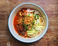 由被发酵的米线做的北泰国盘服务用猪肉或鸡血液豆腐 免版税图库摄影