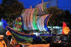 由被回收的瓶做的船,日惹市 免版税库存照片