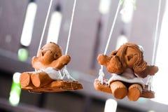 由被烘烤的黏土做的微笑的玩偶 免版税库存图片