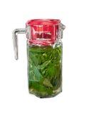 由被击碎的薄荷叶和无核小葡萄干做的冷却的维生素戒毒所饮料在一个大透明玻璃瓶子有被隔绝的红色盖子的  库存照片