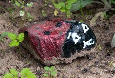 由装饰的庭院剧情一块小石头做的瓢虫 免版税库存图片