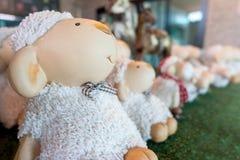 由装饰的黏土绵羊雕象做的小组 免版税库存照片
