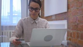 由西班牙妇女的网上付款,购物由信用卡 影视素材