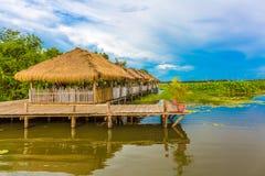 由观看清楚的蓝天的湖边的好的木小屋 库存照片