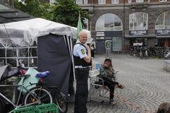 由警察的友好访问对无家可归者 免版税图库摄影