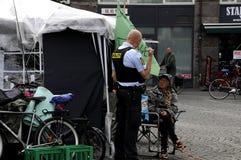 由警察的友好访问对无家可归者 库存照片