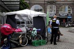 由警察的友好访问对无家可归者 免版税库存照片