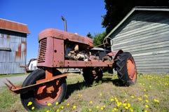 由谷仓的一台拖拉机 库存照片