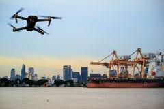 由起重机,在航运港的货船的容器装货在twili 免版税图库摄影