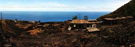 由路和海的家在Fogo, Cabo Verde 免版税库存照片