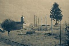 由路的小的教会 免版税图库摄影