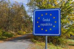 由路的捷克边界标志 图库摄影