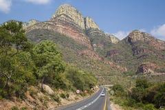 由路的旅行通过轰烈的山脉 库存照片