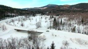 由路的汽车乘驾在积雪的森林里 股票视频