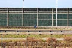 由路的防护篱芭 从车行道的噪声和土绝缘材料 环保和公共安全 免版税图库摄影