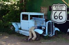 由路线66的葡萄酒汽车在塞利格曼,亚利桑那,美国 免版税库存图片