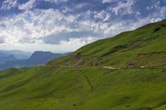 由路通过通行证Gumbashi 2008 4月3280日上生高加索北部峰顶土坎岩石俄国 免版税库存图片