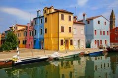 由运河的五颜六色的房子在Burano,威尼斯,意大利 库存照片