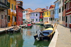 由运河的五颜六色的房子在Burano,威尼斯,意大利 免版税库存照片