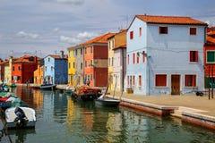 由运河的五颜六色的房子在Burano,威尼斯,意大利 免版税库存图片