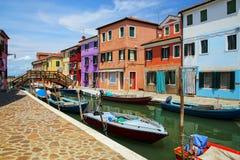 由运河的五颜六色的房子在Burano,威尼斯,意大利 图库摄影