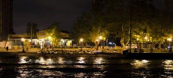 由运河的停放的独木舟,沿灯岗位点燃的边路 免版税库存照片