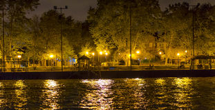 由运河的边路,点燃由几个灯岗位和小码头 免版税库存图片