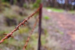 由道路的铁丝网篱芭 图库摄影
