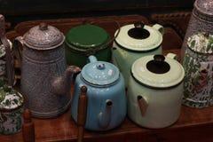 由金属传统古色古香的厨房做的减速火箭的水壶水罐葡萄酒茶壶 免版税图库摄影