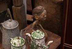 由金属传统古色古香的厨房做的老减速火箭的水壶水罐葡萄酒茶壶 免版税图库摄影