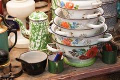 由金属传统古色古香的厨房做的老减速火箭的水壶水罐葡萄酒茶壶 免版税库存照片