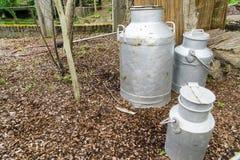 由金属做的牛奶容器 库存照片